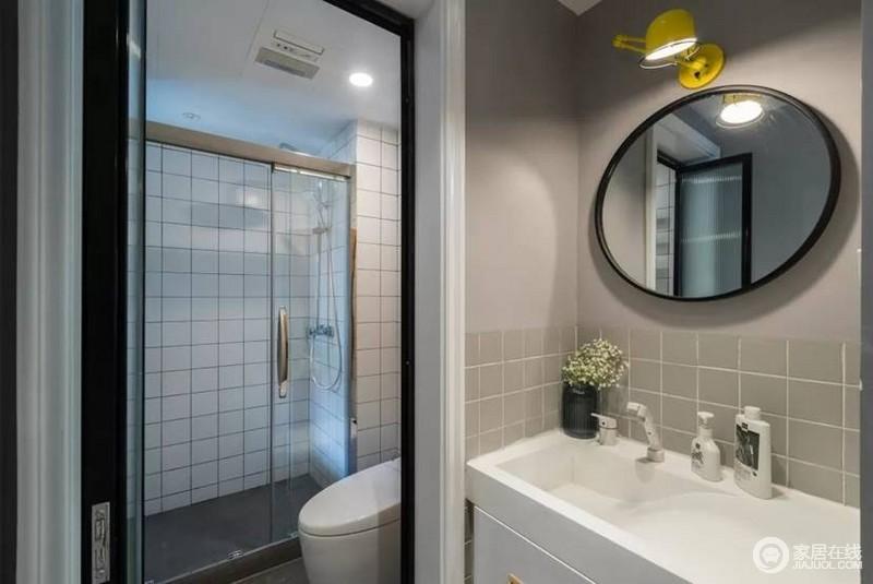 卫生间也是浓浓的北欧风,三分离让空间使用效率更高,镜前灯让使用更为方便,再加上深灰小砖搭配白色方砖,让整个空间摆脱单调。