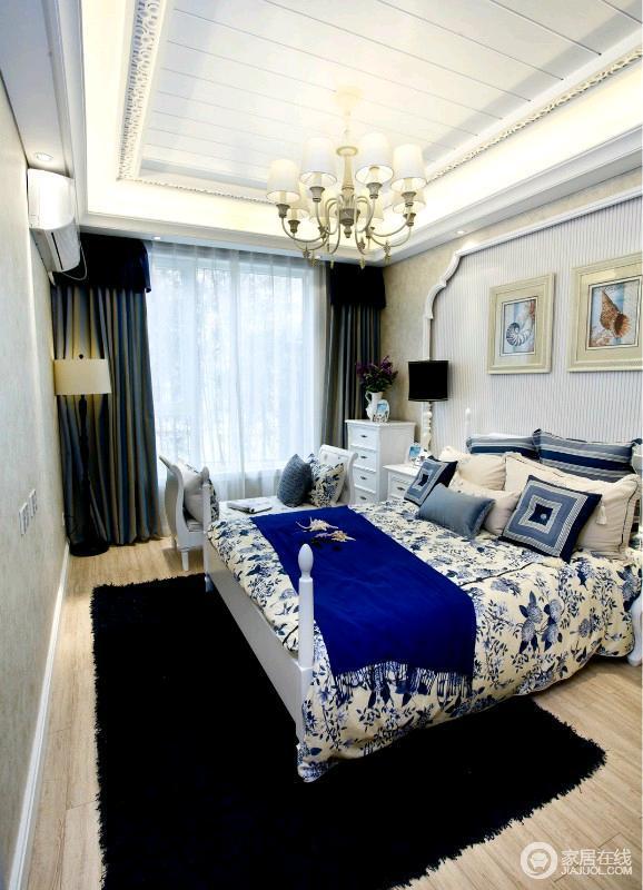 主卧以米色的墙面为主,家具以白色为主,显得房间光线十分明亮。床头背景设计也很简单大气,吊灯,更加体现了业主当初定的美式风格。
