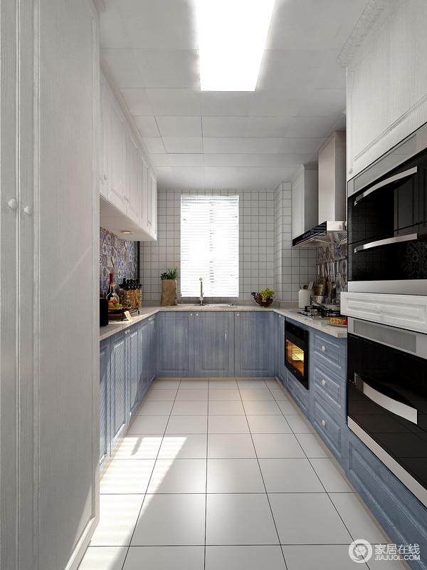 此户型厨房的面积较大,半围合式布局,操作空间略显不足,可以通过布局的改变,增加收纳柜体的数量,增大储物空间合理性。