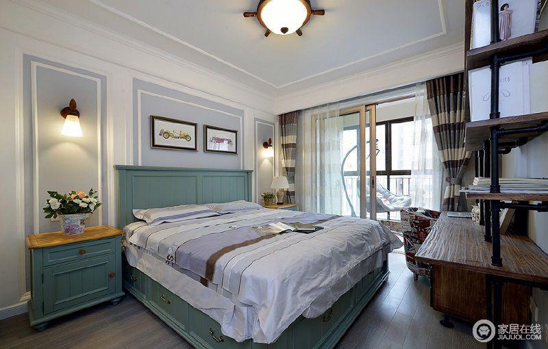 卧室顶面的一圈石膏线突显出层次感,床和床头柜为一体式设计,蓝色的基调给予空间优雅,而灰色床品增加了空间的舒适性。
