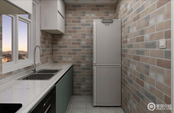 厨房以土灰色砖石铺贴出自然的朴质,淡绿色的橱柜搭配白色台面,给予空间另一种自然的清新;规划得体也让生活便利了不少,小空间不乏实用,也正是简约设计体现出生活的小质感。
