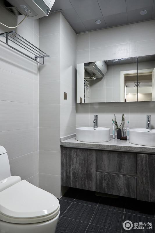 卫浴间的配色简约大气,清爽干净,给人一种明亮洁净之感。在洁白的瓷砖衬托下,卫浴间的宁静、整洁越发使人舒坦。点缀的花朵使空间更加有趣、活泼。