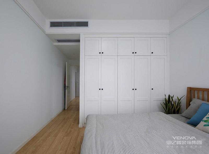 主卧以白色为主,简洁温馨,木质的地板使整个屋子温暖而不失格调