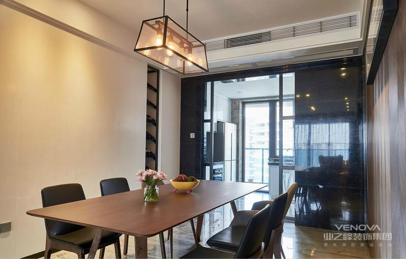 餐厅的餐桌椅也是木质的很是简约大方,一家人舒适的坐在一起畅饮