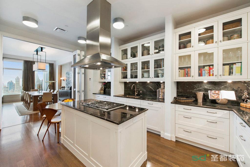 开放式的厨房宽敞简单,适合女主人闲时的烹饪美食,白色的橱柜尽管方式看似简略,但每个抽屉内部是不尽相同的使用各种内置式抽屉和金属拉蓝,给主人供给了便利的操作空间。