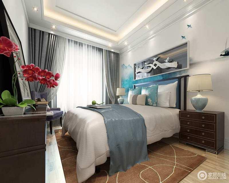 卧室在层叠的几何吊顶的装饰中更为立体,灰色的窗帘与中性色调的布艺构成温实与舒适感;实木床头柜和家具的新古典设计与陶瓷台灯延续了复古的格调,让空间绽放着浓厚的文化底蕴。