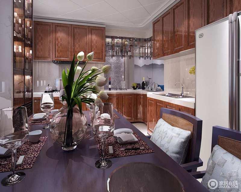 餐厅与厨房一体式设计更为大气,褐色搭配米色砖石、白色大理石台面,让厨房区实用得体;玻璃酒柜的设计动感而更为人性,让主人可以尽情坐在紫色氛围的餐区,品饮畅聊。