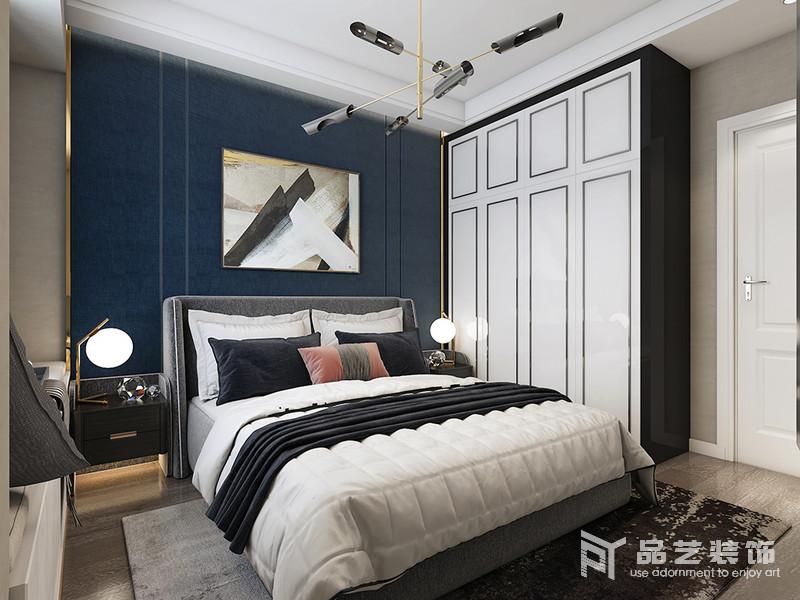 臥室雖然線條簡潔,卻足夠得體大氣;藏藍色漆粉刷墻面,在黑白抽象掛畫的陪襯中,多了份現代優雅;定制得衣柜黑白之間更顯幾何之美,也極具實用性;黃銅球泡吊燈垂直而下,與床頭柜以對稱的方式,演繹和諧。