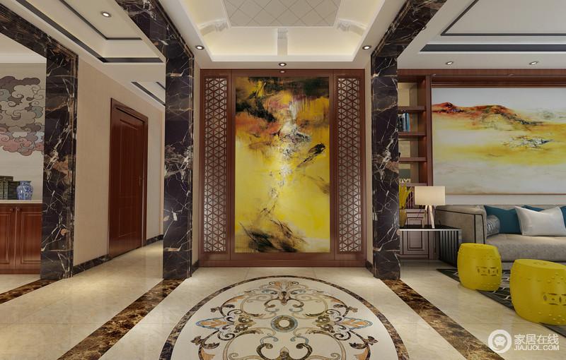 门厅的设计非常富有视觉效果,黑金花大理石垭口对称排列,既划分空间,又规划出走廊的区域;环绕型的花窗装饰,内嵌明黄色调的水彩墨画,与客厅沙发墙呼应;地面上拼花缱绻多姿,与餐厅祥云相得益彰。