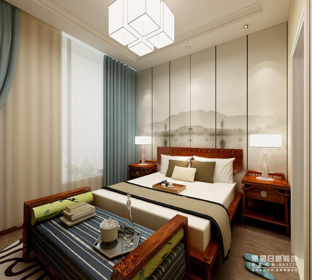 卧室的背景墙以一副山水画传递中式柔美,中式实木家具以对称的方式讲述东方设计的和谐之美;空间暖色调为基调,素雅却不平淡,蓝色窗帘和蓝白条纹床尾凳带着现代气息,让简洁的空间和精致的床品一跃提升了空间的温馨。