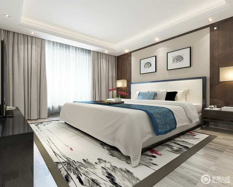 卧室以浅驼色和褐色木材为墙面来框裱,留白的画作点缀其间,与灰墨地毯构成新中式素雅;浅驼色窗帘和蓝白的床品带着纯净和优雅,让空间更为和静舒适。