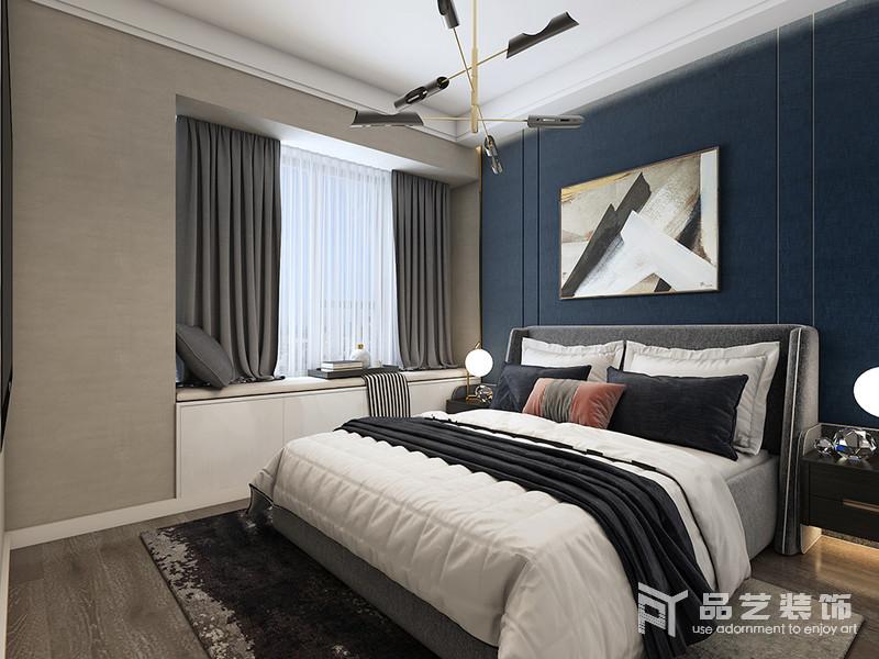 臥室的吊頂通過白色石膏做了找平和精修,而飄窗既實現了收納,又因為灰色窗簾與黑白色床品構成簡素、溫馨;黃銅吊燈的現代時尚不僅為空間帶來光亮,也讓空間多了份藝術感。