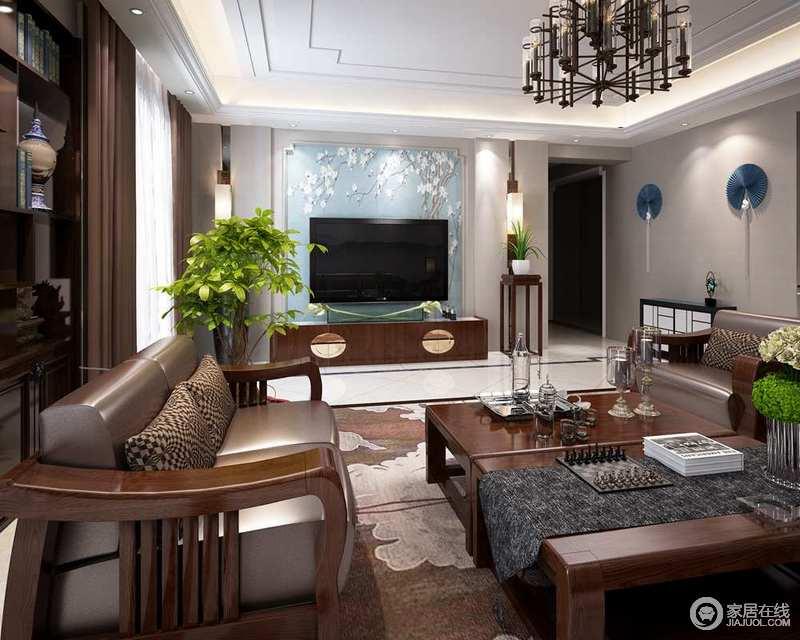 客厅结构规整,浅灰色的漆粉刷墙面,蓝色背景墙与之组合出和谐;中式花架、电视柜等与家具组成新中式的厚重,给家带来稳重,并延续着东方美学。