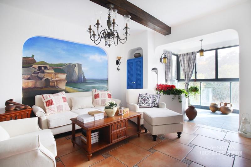 客厅经过精心布置与背景相对的一面特意设计,拉伸背景墙使之更加完整。