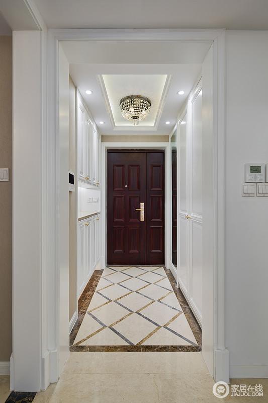 过道两边设计了强大的储物柜子,满足生活收纳的需求。吊顶花了小心思,带了点设计感,低调中小小浮华了一下。地面瓷砖设计成菱格,美观莹润,与灯光相映非常美好。