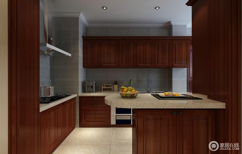 厨房利用储物吧台,划分了与餐厅的空间界限,棕红的木柜充分利用空间,打造出强劲的空间收纳;浅灰色大理石作为背景打底及台面使用,与棕红木形成强烈的冷暖、明暗对比,空间显得朴厚简约。