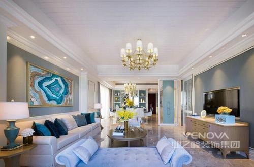 在这个270平米的公寓内,设计师将现代感的线条发挥得琳琅精致,通过运用木材、石膏、砖石等材料,让整个空间具有了规整和形体之美;整体色调以灰和白为主,却通过蓝色布艺和挂画等点缀,渲染清幽雅致,以和谐地配色造就空间的大气;当然了,每一件家具以实用为主,让主人能够生活得舒适;不管是灯具,还是器物,都给生活另一种趣味,让主人在现代与古典艺术的意境中,生活得快意。