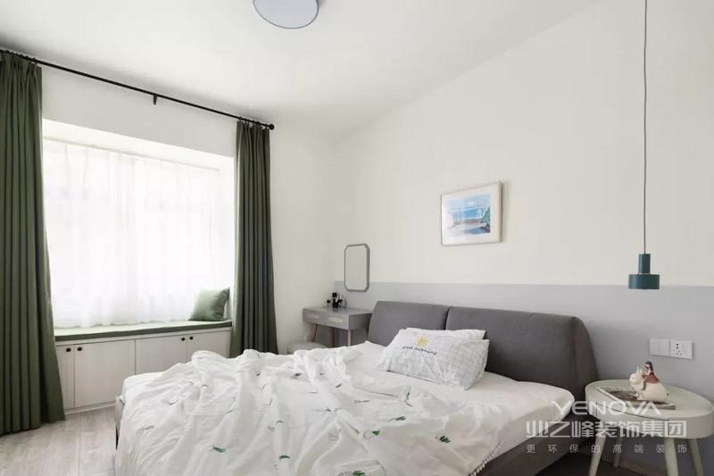 卧室整体设计简单干净,并没有过多的装饰。绿色窗帘的置入不会让空间显得过于单调。