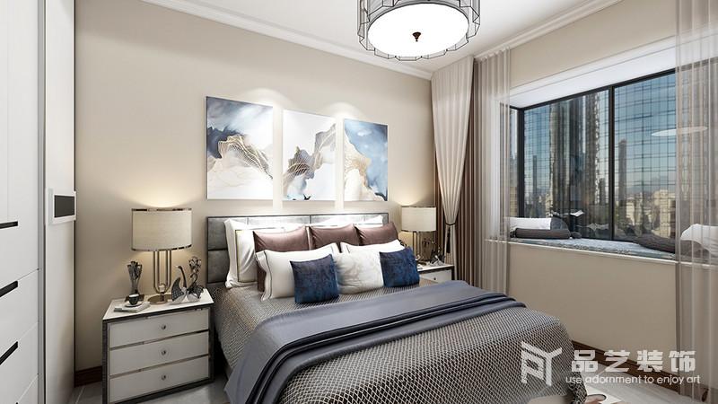 臥室以駝色漆粉刷空間,正如中式設計講究得穩重一般,以中性色的窗簾與之組合,營造溫和;掛畫組合讓原本深灰色系的床品有了輕和,濃淡之間,平衡出沉穩,白色床頭柜等組合,讓生活更為舒適。