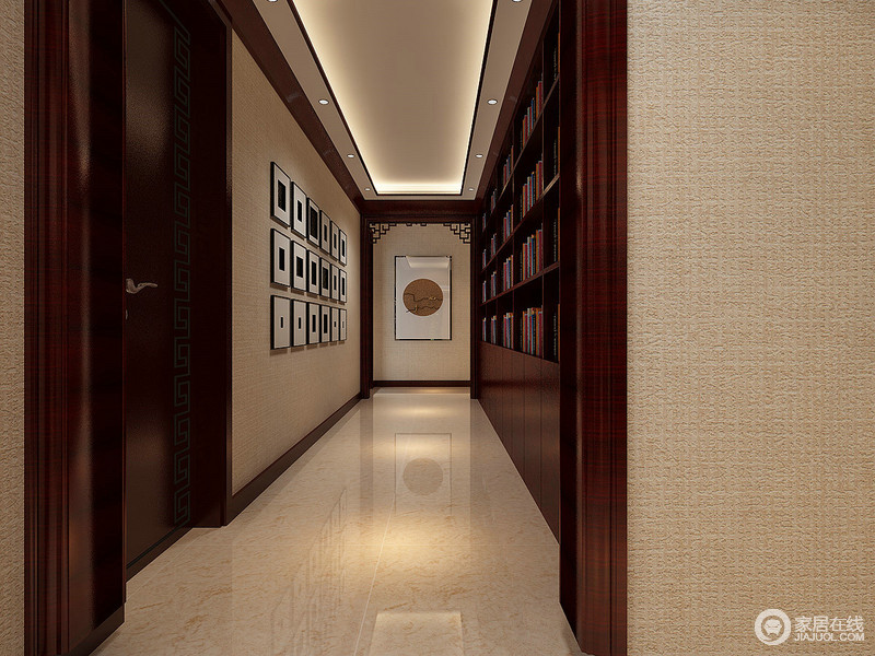 空间走廊上,设计师充分利用墙面设计,打造出文化艺术情调的空间视觉;一侧墙面饰以照片墙,另一侧则利用多功能书架柜,摆满各种书籍;走廊尽头垭口处,传统挂落装饰,空间古香古色间传递着新中式的雅韵。