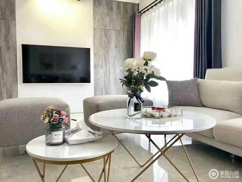 客厅的装修并不繁复,简单利落的设计,让空间自成格调,用色上的灰色与白色,让空间显得雅静;个性的圆几也因为花器的点缀,摇曳出生活的色彩。