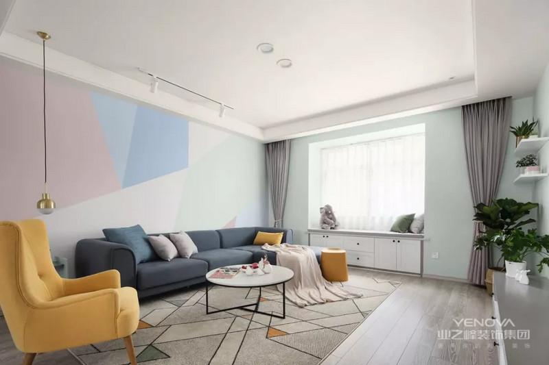 客厅采用了黄、红、蓝、绿等几何拼色取代装饰,简单而又充满活力。配色多而不杂,整体给人很舒缓