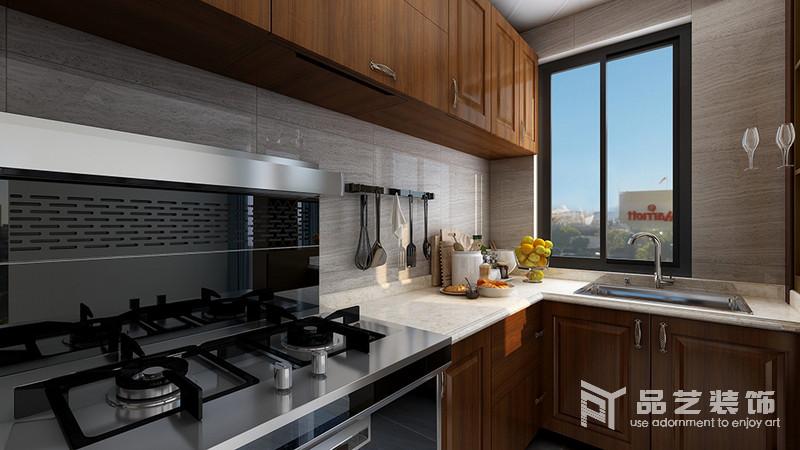 廚房從選材上就比較注重,淺灰色木紋瓷磚鋪貼墻面,與褐色實木櫥柜、米色大理石臺面形成自然樸質;灶具的潔凈和光澤光極具品質感,也展現了主人對生活有著高要求。
