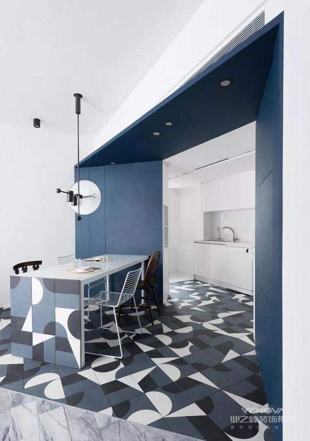厨房采用了开放式设计,空间开阔而又明亮。厨房与餐厅相连,方便快捷。