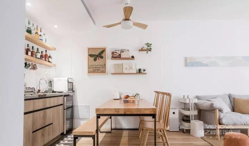 餐厅与客厅以过道隔离,餐厅吊扇设计与餐桌色调一致,整体和谐自然。
