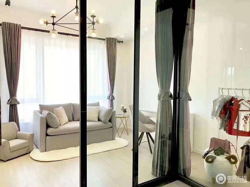 休闲室采光较好,白色的墙面搭配原木地板,让空间更显温实;浅灰色沙发与白色椭圆形地毯因为简约的家具形成亲和感。