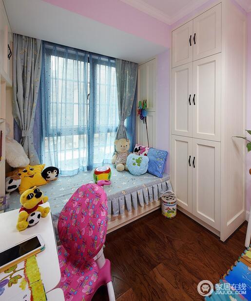 小孩尚小,还不能独立居住,所以这里暂时成了他玩耍的好地方(盘栽一侧为以后摆放儿童床预留位置)