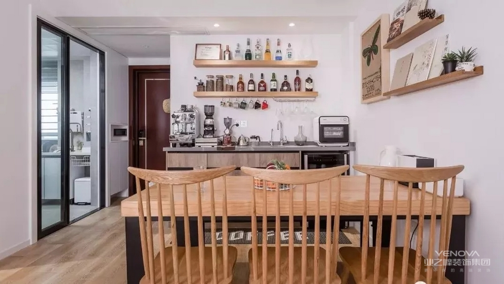 设计师注重空间利用,层板收纳做成酒架;下面的水槽设计,可以弥补厨房空间不足的弊端。