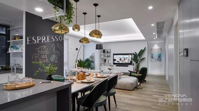 建筑面积100平米的简约风三居室案例,设计师以无沙发背景墙、开放式厨房、打通客厅阳台的设计为核心,做出了这样的开放式布局,再加上绿植元素的运用、搭配,让人感觉惬意而又轻松