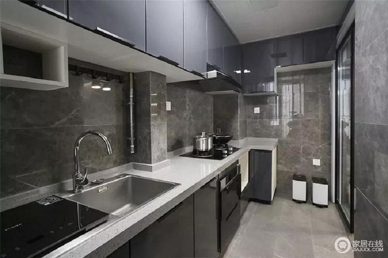 纳米门板的橱柜方便打理,色调上和客厅统一;提醒大家在规划橱柜时最好提前选好消毒柜、洗碗机等需要嵌入式的电器,后期能省心不少。