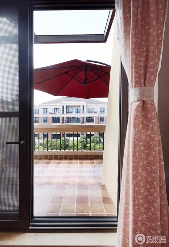 阳台以仿古砖为主,搭配粉色的窗帘,透露出不一样的美式乡村风情。