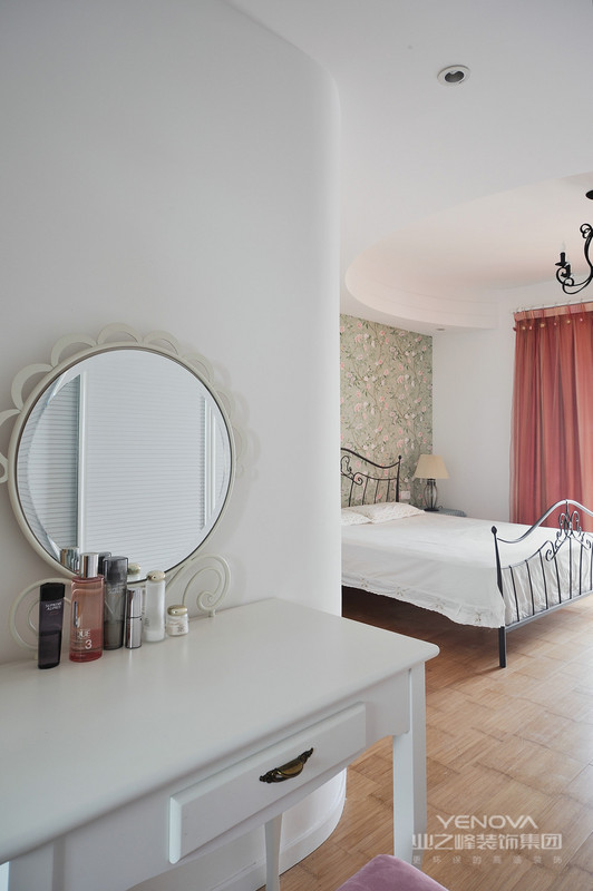 纯美色彩。地中海风格对中国城市家居的最大魅力来自其色彩组合,再就是要线条不修边幅,显得比较自然,因而无论是家具还是建筑,都形成一种独特的浑圆造型。白墙的不经意涂抹修整的结果也形成一种特殊的不规则表面。