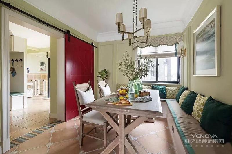 美式风格的设计理念主要表现为追求华丽、高雅的古典风格。居室色彩主调以白色为主,家具则为古典弯腿式,家具、门、窗也可以都漆成白色,同时擅用各种花饰来进行点缀。丰富的木线变化、富丽的窗帘帷幄是西式传统室内装饰的固有搭配,空间环境多表现出一种华美、富丽、浪漫的气氛。