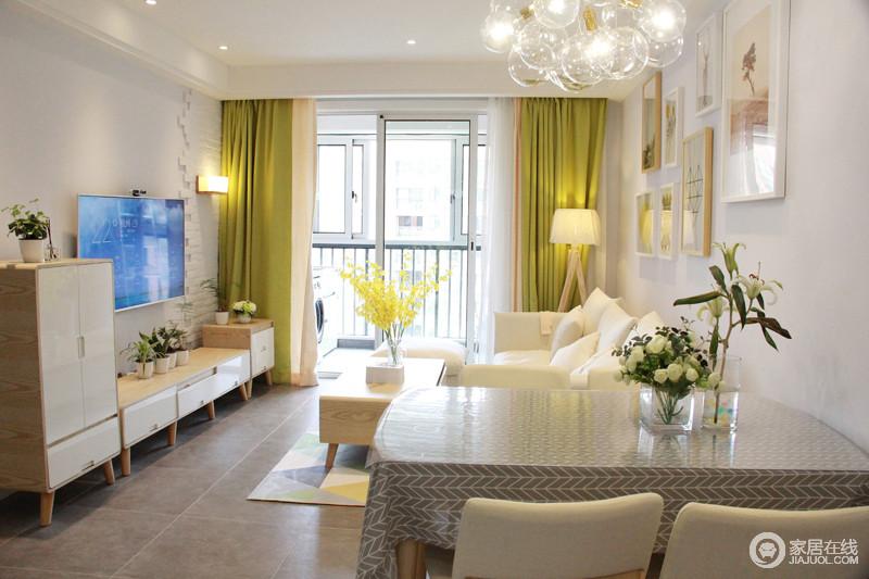客厅颜色主打柠檬黄和乳白色搭配,沙发墙整体以乳胶漆为主,和装饰画结合,部分留白设计逐渐成为了一种设计主流。