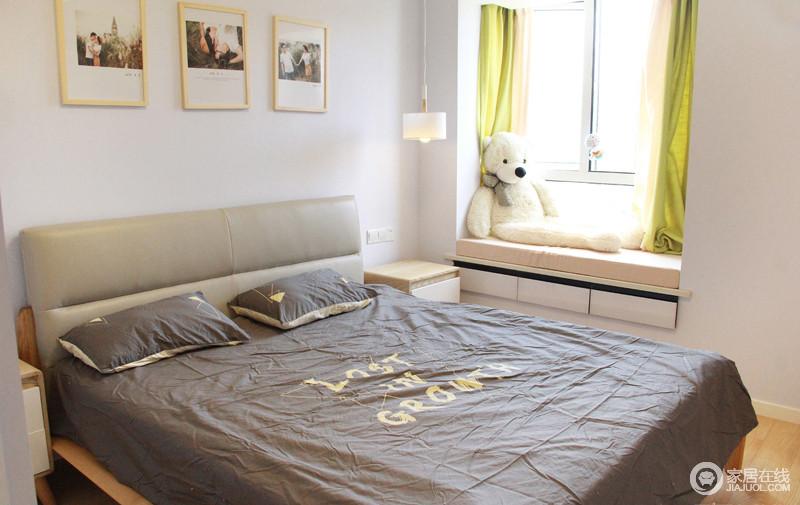卧室的床选用原木色大床,床背景和客厅设计相互辉映,床头灯分别采用吊灯和壁灯,两种风格各有特色。