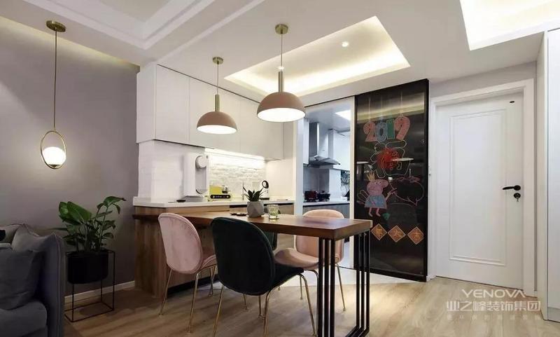 原木大板餐桌作为隔断,实现客餐功能的分区。木板餐桌与西厨房一体定制,金色脚的粉色、墨绿色丝绒材质餐桌,精致而有质感,同时也打破了色彩的平淡。