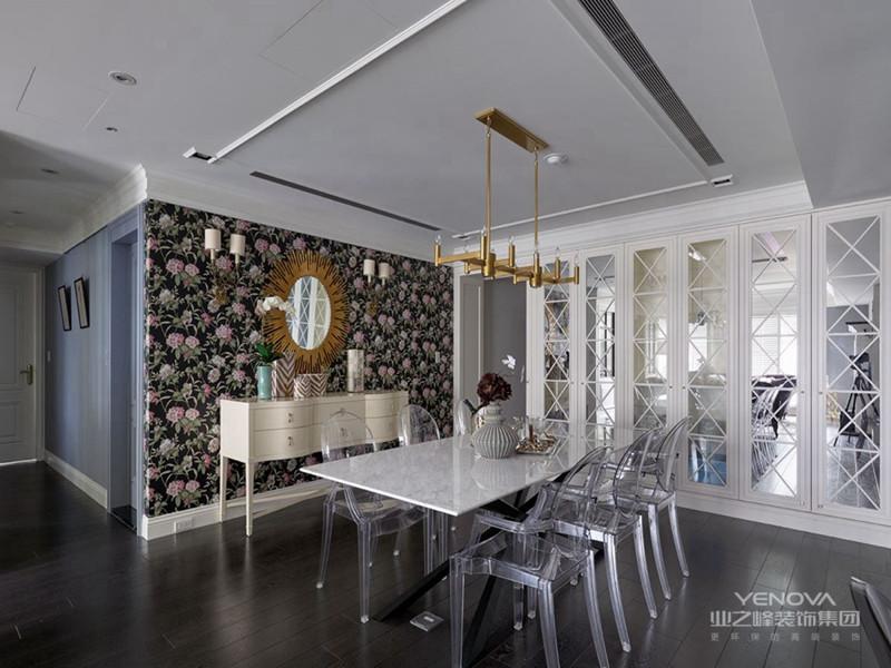 餐厅采用灰木纹大理石地板,配以餐桌上墨青色的布艺,精美的中式挂坠,遥遥呼应着尊贵的东方气息。书房延续了东方格调,以实木为主的书桌和书架增添了一分古朴和雅致。