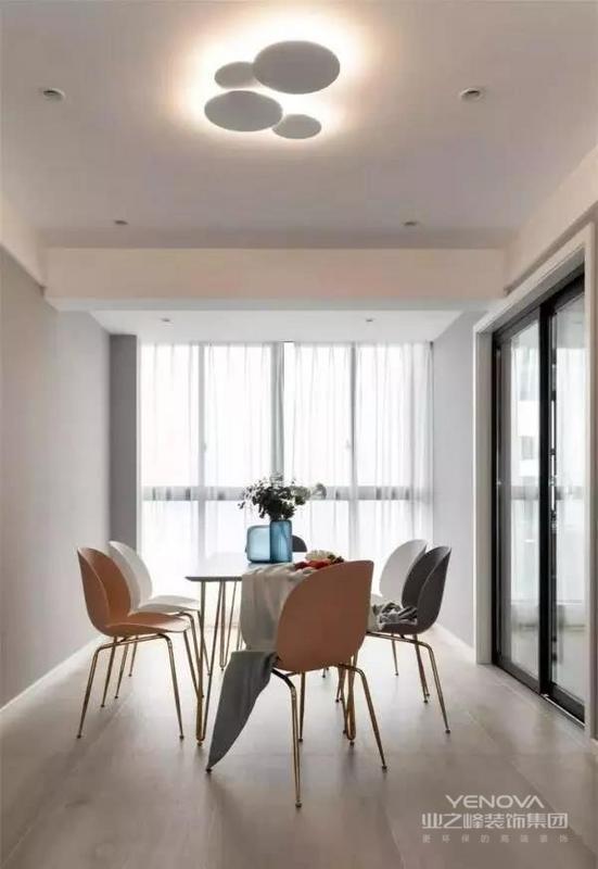 餐厅位于房子的另一侧,金属细脚的餐桌椅搭配简洁的桌面、椅子,四周也选择了留空,让人感觉格外的轻松和舒适。