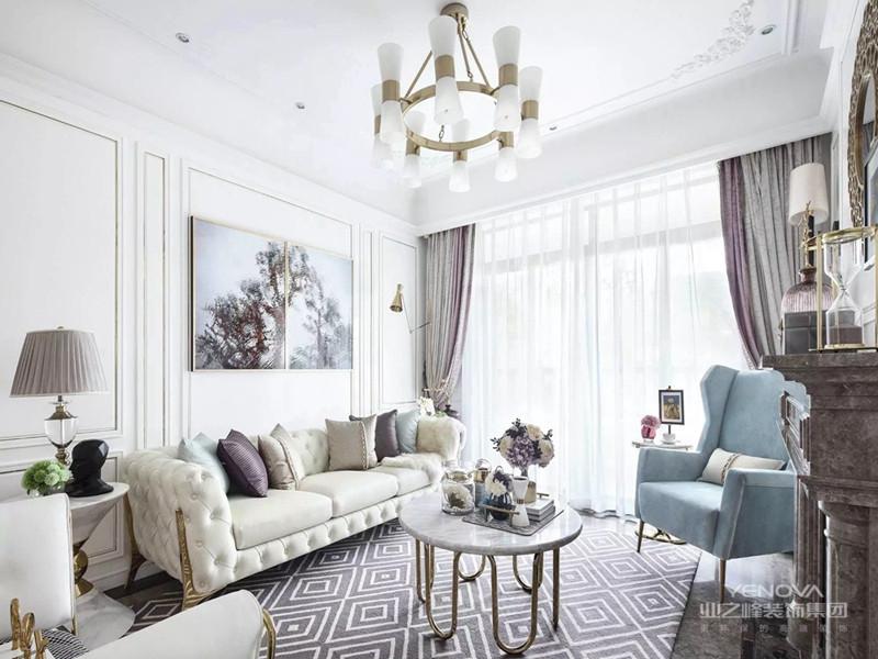 不同于传统意义上的简美,在本次案例中,我使用了大面积的白色,以及局部金属进行点缀,让整个房子呈现出一种精致、优雅的效果,对于喜欢这种感觉的人来说,可能这就是他们梦寐以求的房子。