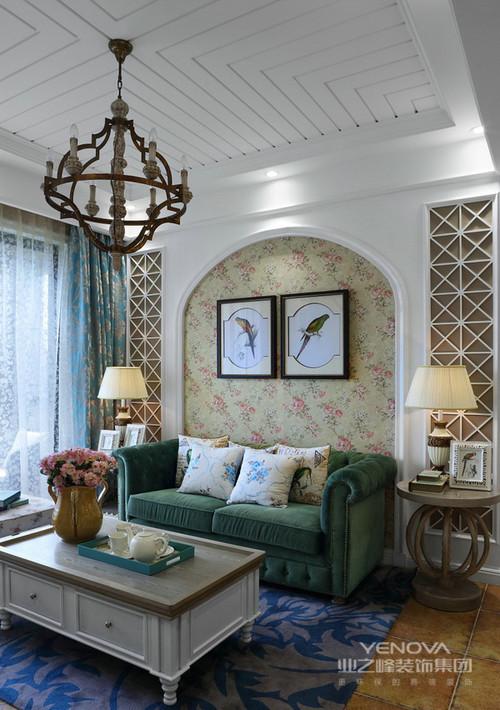 白色拱形门是欧式风格最典型的设计之一,这里我们在客厅制作了这种形状作为了背景墙,显示出欧式地中海风格的特色,再加上花卉壁纸和绿色沙发给予整个空间田园般的清新和静