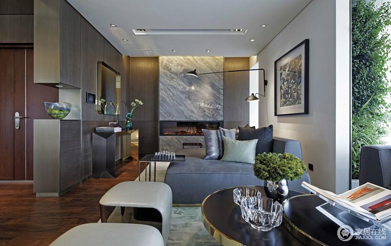 客厅的设计看似色调沉稳暗淡,却带着永不过时的魅力,让生活沉静;灰色大理石打造得壁炉简练而蕴藏着天然的肌理艺术,让生活多了份朴质;墙面的挂画与壁式台灯呼应着空间的一景一物,让生活精致而轻奢。