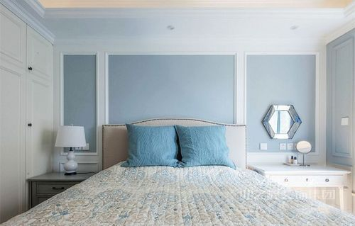 主卧以蓝色漆来填补背景墙,奠定了蓝白色的清纯,让整个家格外清新和灵动;美式家具呈对称分布,和谐之中蕴藏着温馨。