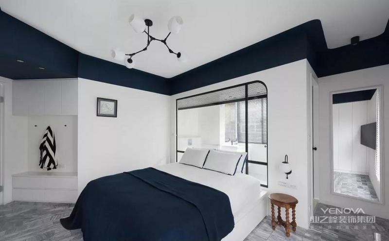 这套102㎡的装修案例,以现代极简的蓝白色调为空间基调,在整洁利落的基础上,给整体白墙融入蓝色元素,让简单的软装布置也焕发出不少清新活力。