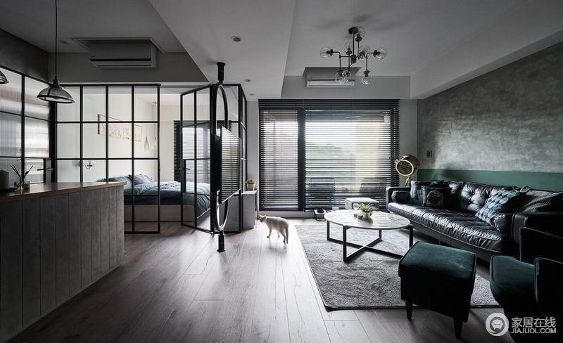 卧室地面用木地板打破了使用地砖的冰冷感 ,与灰色的墙面互补,更因为灰色地毯带来了素雅;卧室内蓝色系的床单透过玻璃格栅门显露出来,通透之中,让空间不失格局感。