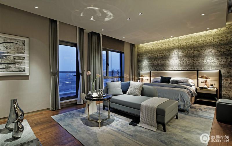 卧室整体以深灰色壁纸为主,搭配灰色斑驳地背景墙,动静之间,平衡出空间的素雅和稳重;灰白色窗帘搭配灰色系床品和床尾凳,在蓝色扎染地毯的衬托出,让你体验舒适睡眠,也让休闲生活更为雅致。