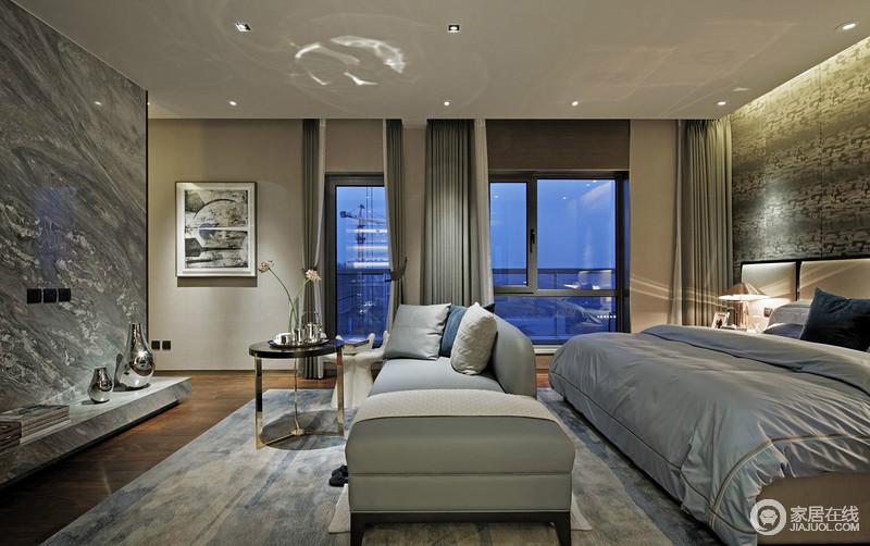 卧室线条笔直硬朗,灰色调的空间搭配灰与白色窗帘,让空间大气而不失柔和;电视墙的理石材质以肌理点缀出天然的气韵,与扎染地毯让空间更为雅致,不妨再次好好享受生活吧。